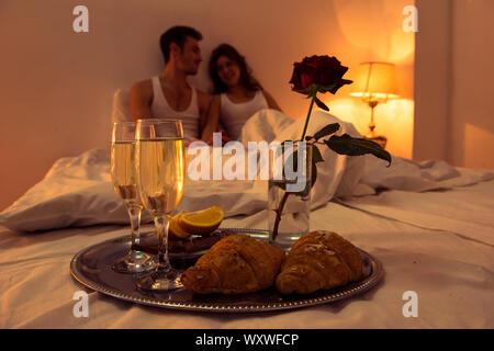 Couple in love avoir dîner romantique dans la chambre Banque D'Images