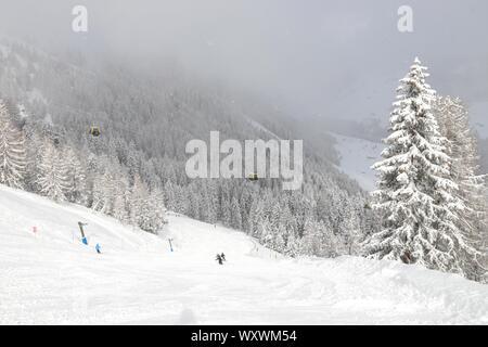 Alpes autrichiennes l'hiver ski resort - Mayrhofen dans le Tyrol. Alpes centrale autrichienne. Moesl ski run. Banque D'Images