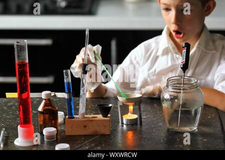 Jeune chercheur scientifique chimiste surpris tout en faisant ses expériences scientifiques. Kids in stem Banque D'Images