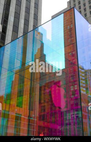 L'emblématique cube de verre de l'Apple Store est une mesure temporaire de wrap, irisé, Cinquième Avenue, New York, USA Banque D'Images