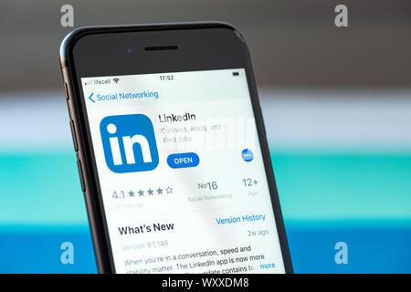 Kiev, Ukraine - le 17 septembre 2019: Apple iPhone 8 smartphone avec un LinkedIn mobile sur l'écran Banque D'Images