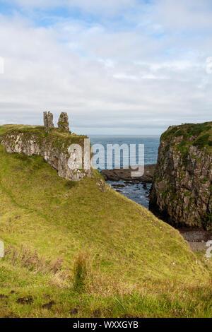 """Dunseverick (de l'Irlandais Dún Sobhairce, signifiant """"obhairce's fort') est un hameau près de la Chaussée des géants dans le comté d'Antrim, en Irlande du Nord."""