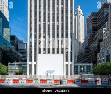 Le cube de verre à l'entrée de l'Apple Store de la Cinquième Avenue à New York est vu sur Samedi, 31 août, 2019 pour en boîte de protection que le magasin subit une rénovation et l'expansion. (© Richard B. Levine) Banque D'Images