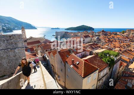 La ville de Dubrovnik les murs; les touristes autour du mur de la ville, la vieille ville de Dubrovnik, Dubrovnik Croatie Europe Banque D'Images