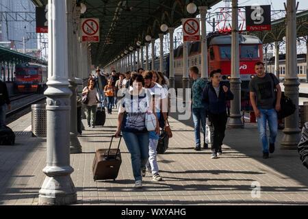 Les gens marchent sur la plate-forme de la gare de Biélorussie se trouve à Moscou avec des trains de banlieue et les trains longue distance à Moscou, Russie