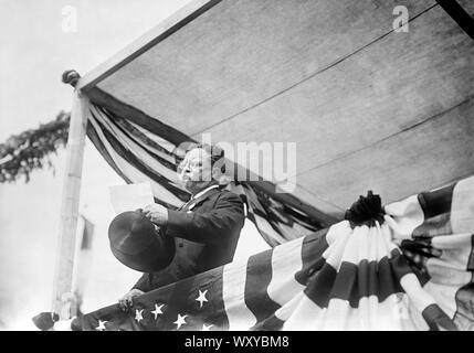 Theodore Roosevelt Traiter foule lors de l'arrivée aux États-Unis après avoir voyagé en Europe et en Afrique pour un an, New York City, New York, USA, Bain News Service, 18 juin 1910 Banque D'Images