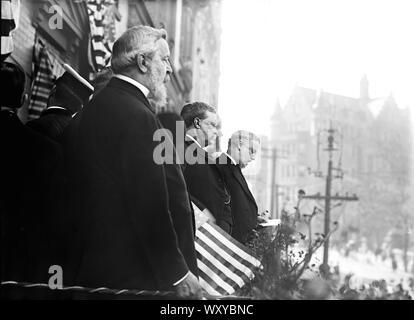 Theodore Roosevelt regardant défilé lors de l'arrivée aux États-Unis après avoir voyagé en Europe et en Afrique pour un an, New York City, New York, USA, Bain News Service, 18 juin 1910 Banque D'Images