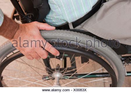 L'homme avec de la moelle épinière dans un fauteuil roulant Banque D'Images