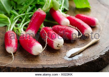 Les radis frais sur une planche en bois Banque D'Images