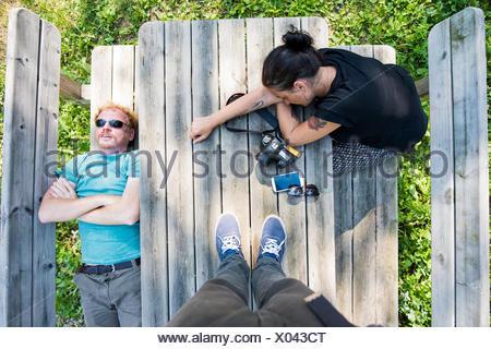 Point de vue aériennes shot of couple reposant sur banc de pique-nique Banque D'Images