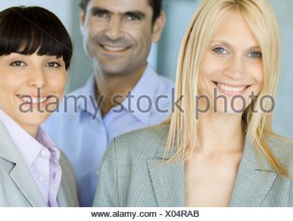 Femme blonde avec deux associés, portrait Banque D'Images