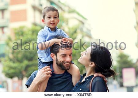 Père exerçant son fils sur les épaules avec femme Banque D'Images