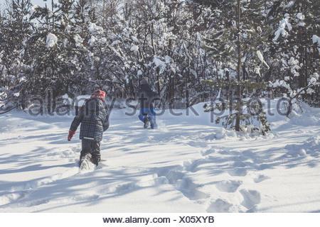 Garçon et fille dans la neige Banque D'Images