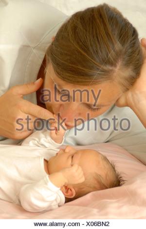 La mère et un nouveau-né à l'hôpital Banque D'Images