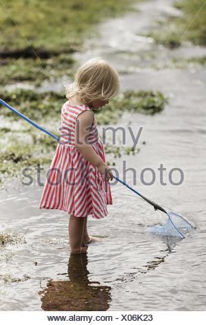 Une jeune fille jouant à l'extérieur. Banque D'Images