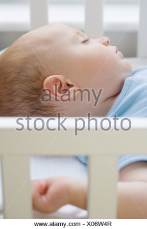Baby sleeping in crib Banque D'Images