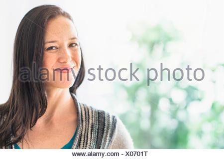 Portrait of smiling brunette Banque D'Images