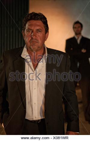 Costume homme portant à l'extérieur de nuit Banque D'Images