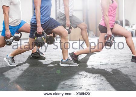La section basse de personnes au sport crossfit kettlebells de levage Banque D'Images