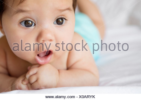 Baby Girl laying on bed Banque D'Images