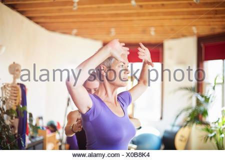 Femelle adulte étudiant et professeur de gymnastique pilates Banque D'Images