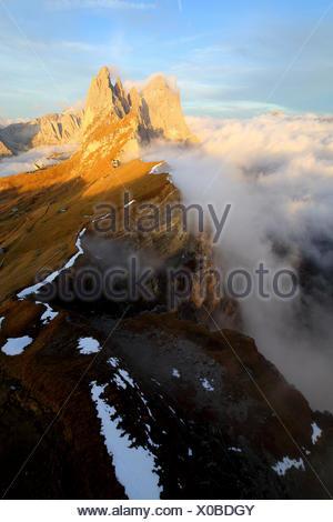 Vue aérienne de Seceda de Odle entouré par des nuages au coucher du soleil. Dolomites Val Funes Trentin-Haut-Adige Italie Tyrol du Sud Europe Banque D'Images