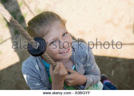 Girl climbing sur la corde dans l'aire de jeux, Munich, Bavière, Allemagne Banque D'Images