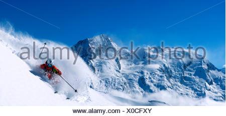 Le ski en neige poudreuse en face sur le Mont Pourri, France, Savoie, Sainte-Foy-Tarentaise Banque D'Images