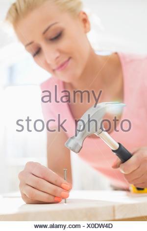 Mid-adult woman clouant au tableau Banque D'Images