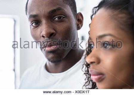 Studio portrait of mid adult man next to girlfriend Banque D'Images