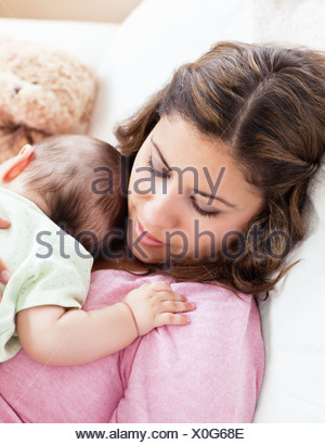Portrait d'un bébé et sa mère dormir paisiblement dans le canapé à la maison Banque D'Images