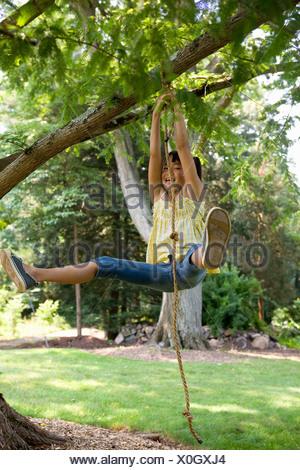 Une fille se balançant sur une corde swing Banque D'Images