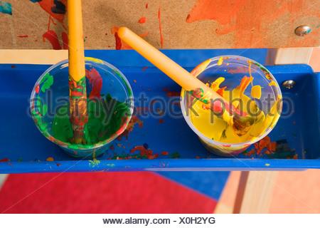 Les Pots De Peinture Ou De Lécole Maternelle Banque Dimages Photo