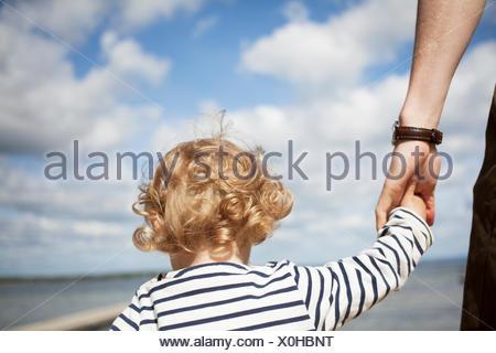 La Suède, Skane, Man holding his daughter's (2-3) part Banque D'Images