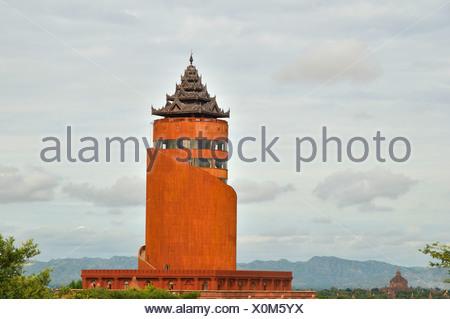 Nouvelle tour d'observation moderne du gouvernement militaire en béton construit dans un style pagode, Bagan, Myanmar, Birmanie