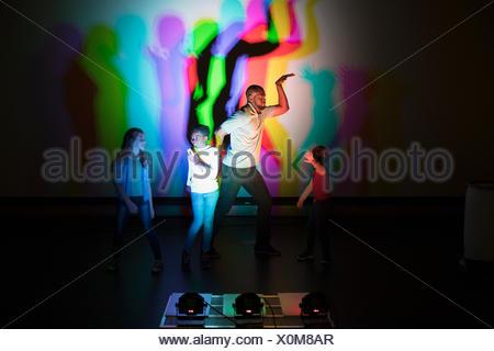 Casting enfants scientifique et ombres multicolores sur l'écran de projection dans la science centre Theatre Banque D'Images
