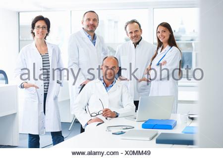Les médecins qui pose pour portrait de groupe