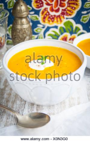Un gros plan d'un bol de potage de courge musquée et pommes