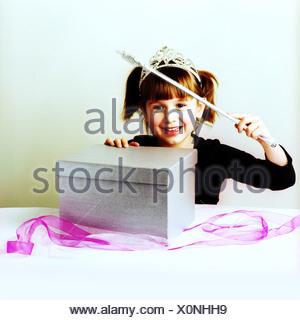 Une fille avec une baguette d'argent d'argent d'un fort Banque D'Images