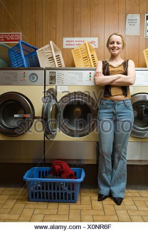 Femme dans une laverie Banque D'Images