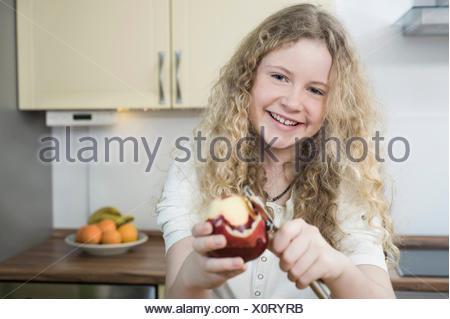 Fille en cuisine peeling apple Banque D'Images