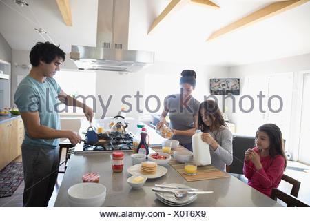 Cuisine familiale et manger le petit déjeuner dans la cuisine Banque D'Images