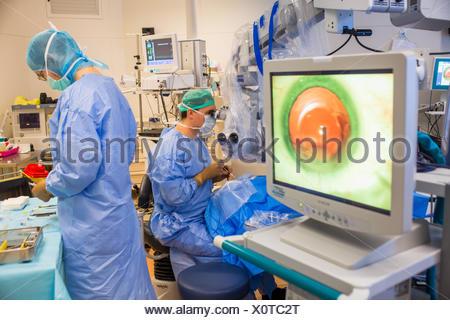 La chirurgie de la cataracte, l'installation de l'implant intraoculaire, l'hôpital de Bordeaux, France.