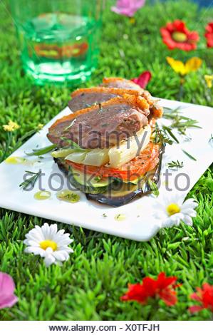 Magret de canard et de légumes d'été mille-feuille Banque D'Images
