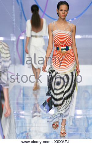 ... Fendi Milan Prêt à porter printemps été femme brune cheveux modèle  raclés retour portant un géométrique c1edb0c7fd6