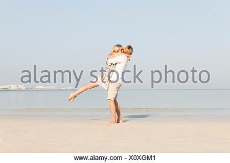 Emirats arabes unis, dubaï, Couple on beach Banque D'Images