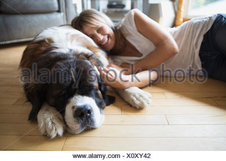 Woman sleeping dog plancher du salon Banque D'Images