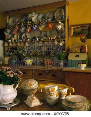 Vaisselle Sur Table En Pin En Chalet Cuisine Avec Placards Peints En