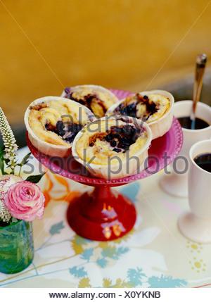 Brioches à la cannelle on cake stand Banque D'Images