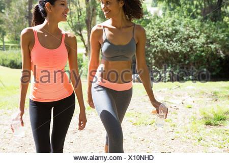 Les jeunes et Mid adult woman walking through park